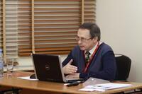 Игорь Барвинский выступает с докладом об особенностях литья термопластичных эластомеров