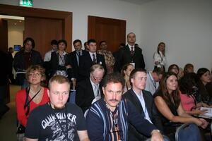На этом выступлении зал был настолько полон, что часть слушателей расположилась у дверей