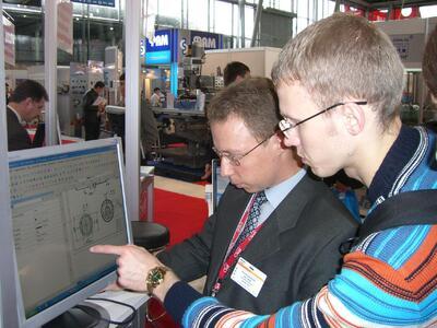 Специалист компании CSoft знакомит посетителей с работой программно-аппаратного комплекса