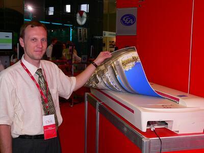 Константин Родионов демонстрирует процесс перевода бумажного архива в электронный вид. Сканер Contex cougar g600